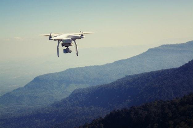 remoto-helicoptero-girando-dispositivo-de-camara_1150-1142-min